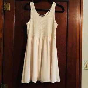 😍Gorgeous Express cream lace dress